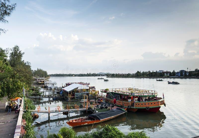 Βάρκες και τοπίο εστιατορίων τουριστών στην όχθη ποταμού στην κεντρική πόλη Καμπότζη kampot στοκ φωτογραφίες με δικαίωμα ελεύθερης χρήσης
