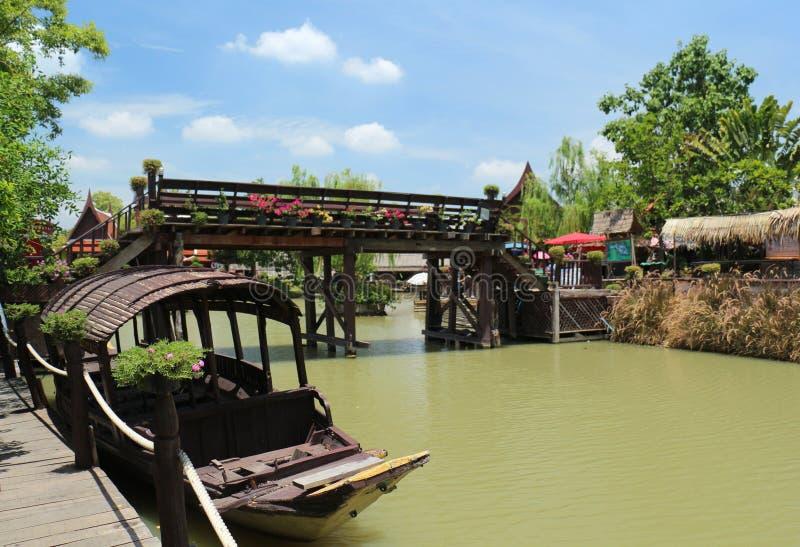 Βάρκες κουπιών και αγορές νερού στοκ φωτογραφίες