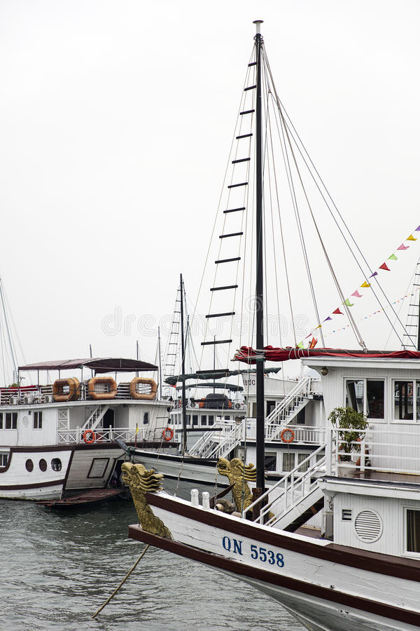 Βάρκες κρουαζιέρας στο λιμένα Halong, Βιετνάμ στοκ φωτογραφία με δικαίωμα ελεύθερης χρήσης