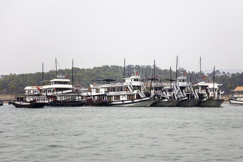 Βάρκες κρουαζιέρας στο λιμένα Halong, Βιετνάμ στοκ φωτογραφίες