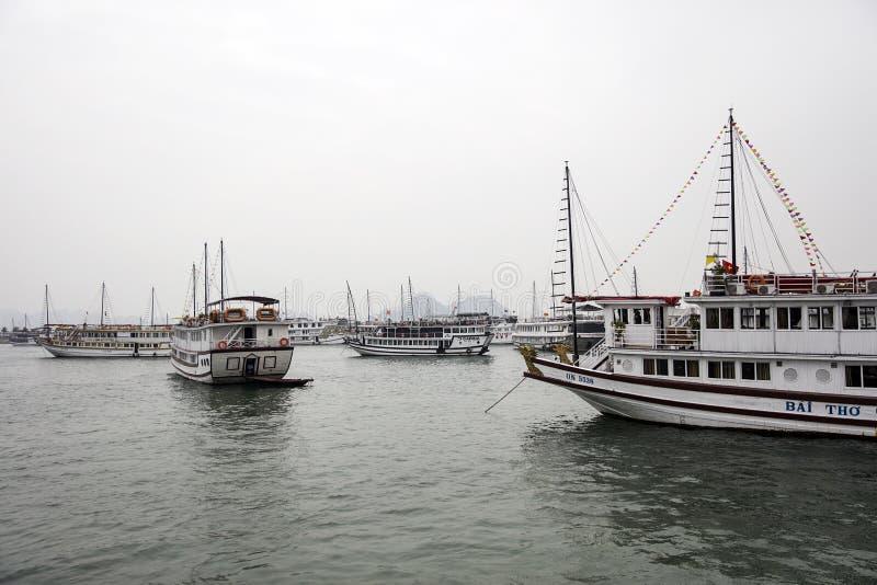Βάρκες κρουαζιέρας στο λιμένα Halong, Βιετνάμ στοκ εικόνες
