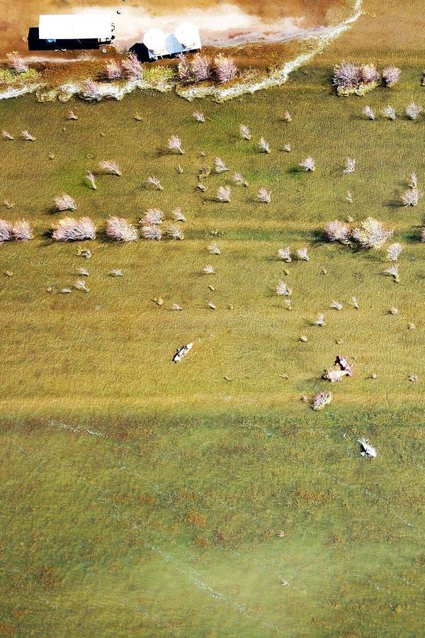 Βάρκες λιμνών άποψης πουλιών το φθινόπωρο στοκ φωτογραφίες