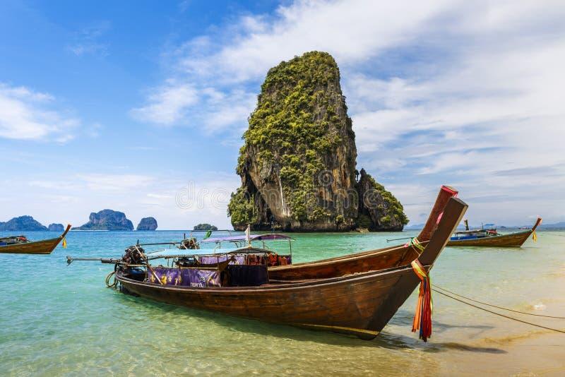 Βάρκες μακρύς-ουρών στην παραλία Railay σε Krabi, Ταϊλάνδη στοκ εικόνες με δικαίωμα ελεύθερης χρήσης