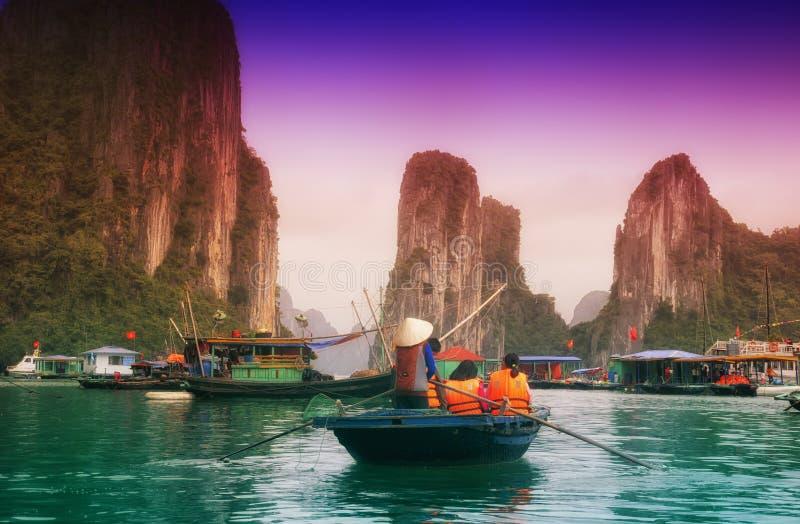 Βάρκες μπαμπού του Βιετνάμ κόλπων Halong στοκ εικόνες
