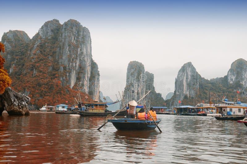 Βάρκες μπαμπού του Βιετνάμ κόλπων Halong στοκ φωτογραφία με δικαίωμα ελεύθερης χρήσης