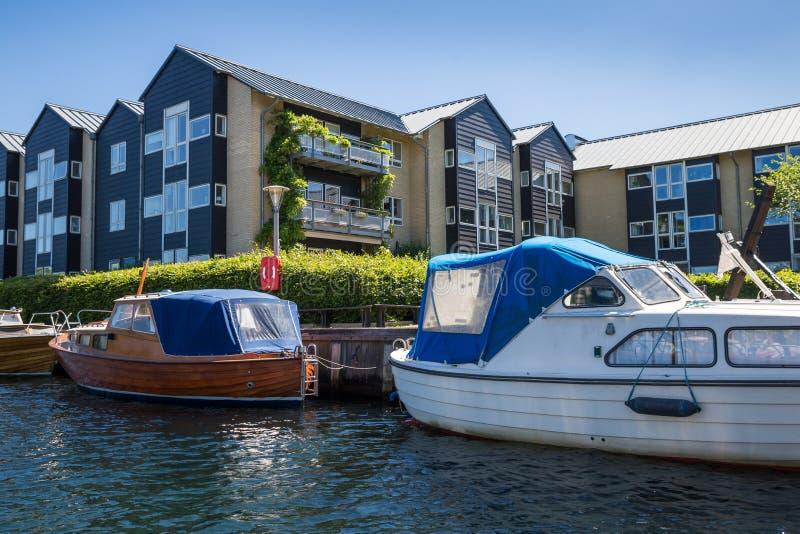 Βάρκες μπροστά από τα σπίτια κατά μήκος του καναλιού στην Κοπεγχάγη, Δανία, στοκ εικόνες