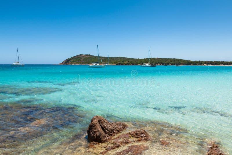 Βάρκες που δένουν στο τυρκουάζ νερό της παραλίας Rondinara στους πυρήνες στοκ φωτογραφίες με δικαίωμα ελεύθερης χρήσης