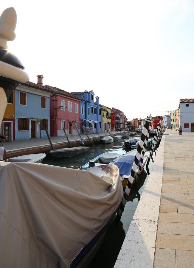 Βάρκες που δένονται στο πλεύσιμο κανάλι του νησιού Burano κοντά στη Βενετία στοκ φωτογραφία με δικαίωμα ελεύθερης χρήσης