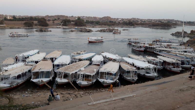 Βάρκες που ελλιμενίζονται σε ένα χωριό Nubian σε Egypte κατά μήκος του Νείλου στοκ φωτογραφίες με δικαίωμα ελεύθερης χρήσης