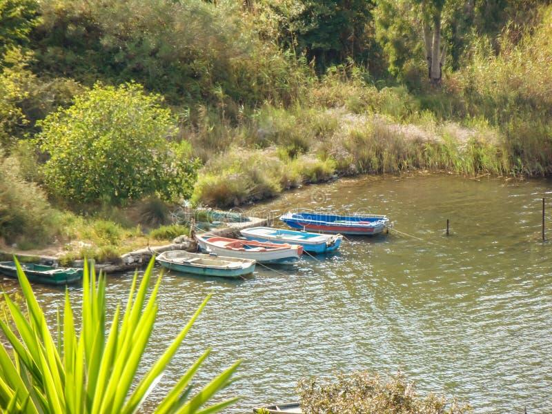 Βάρκες που ελλιμενίζονται στην ακτή λιμνών Butrint στοκ φωτογραφίες