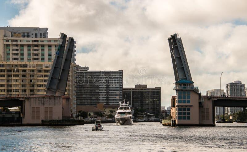 Βάρκες που περνούν από ανοικτό drawbridge στοκ φωτογραφία με δικαίωμα ελεύθερης χρήσης