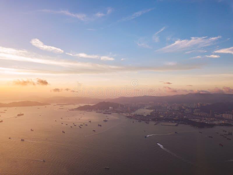 Βάρκες που πλέουν στο λιμάνι Βικτώριας στην πόλη Χονγκ Κονγκ εναέρια όψη στοκ φωτογραφίες