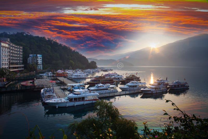 Βάρκες που σταθμεύουν στην αποβάθρα στη λίμνη Ταϊβάν φεγγαριών ήλιων στοκ φωτογραφία