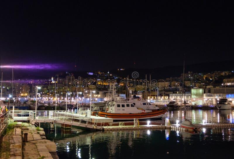 Βάρκες που σταθμεύουν στο Πόρτο Antico τη νύχτα στοκ φωτογραφία