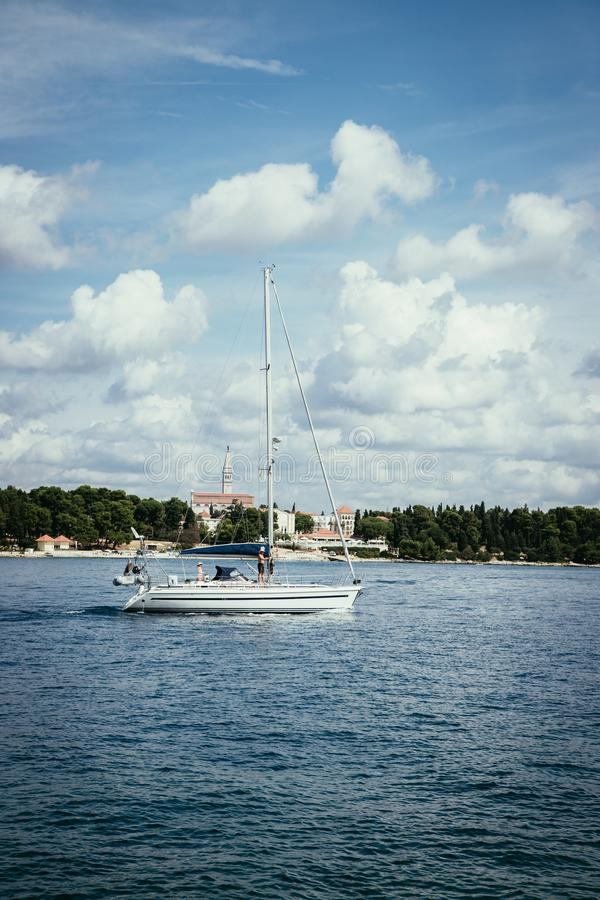 Βάρκες σε έναν κόλπο με το κρύσταλλο - καθαρίστε το νερό, Κροατία στοκ εικόνες