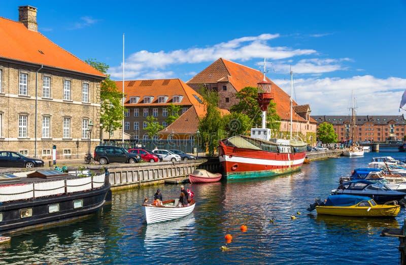 Βάρκες σε ένα κανάλι στην Κοπεγχάγη στοκ εικόνες