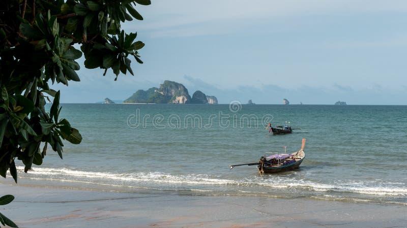 Βάρκες στην άγκυρα με το νησί στο υπόβαθρο στοκ εικόνες