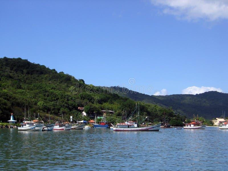 Βάρκες στην ακτή του νησιού του Πόρτο Belo Βραζιλία στοκ φωτογραφία με δικαίωμα ελεύθερης χρήσης