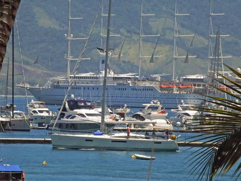 Βάρκες στην ακτή στοκ εικόνα με δικαίωμα ελεύθερης χρήσης