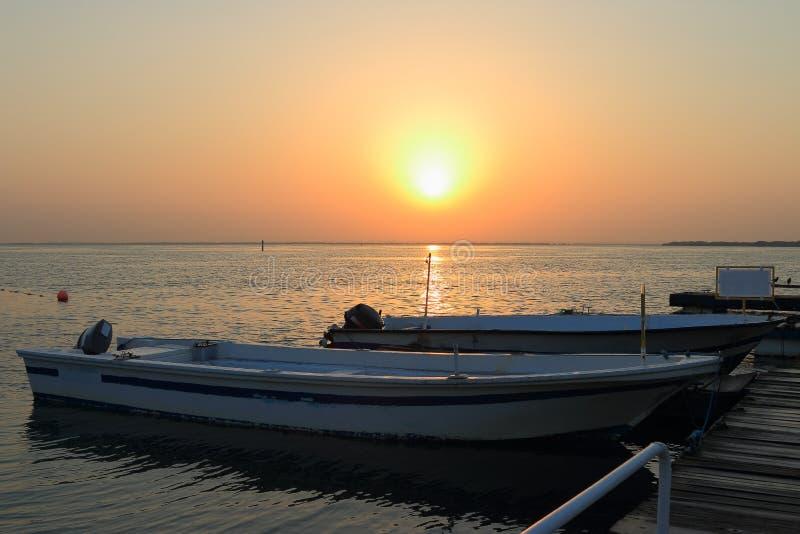 Βάρκες στην αυγή στοκ εικόνα με δικαίωμα ελεύθερης χρήσης