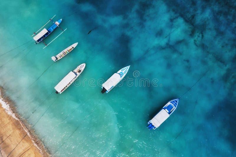 Βάρκες στην επιφάνεια νερού από τη τοπ άποψη Τυρκουάζ υπόβαθρο νερού από τη τοπ άποψη Θερινό seascape από τον αέρα Νησί Meno Gili στοκ εικόνες με δικαίωμα ελεύθερης χρήσης