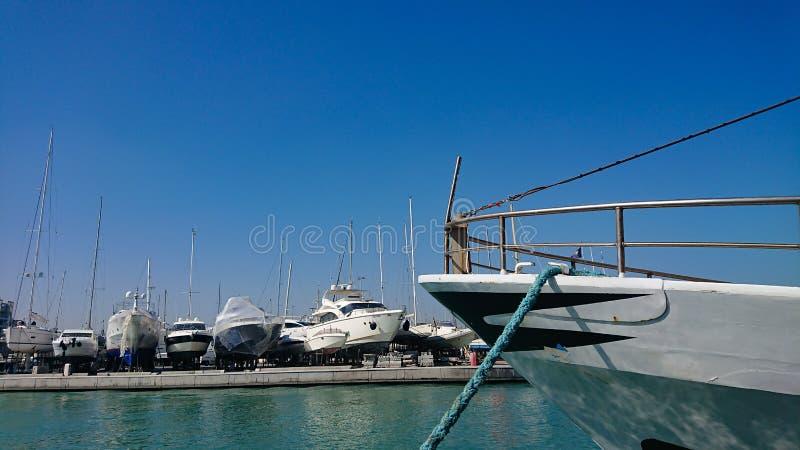 Βάρκες στην ξηρά αποβάθρα στοκ εικόνες με δικαίωμα ελεύθερης χρήσης