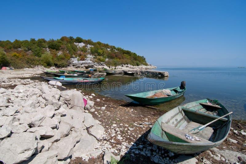 Βάρκες στην παραλία πετρών στοκ φωτογραφία με δικαίωμα ελεύθερης χρήσης
