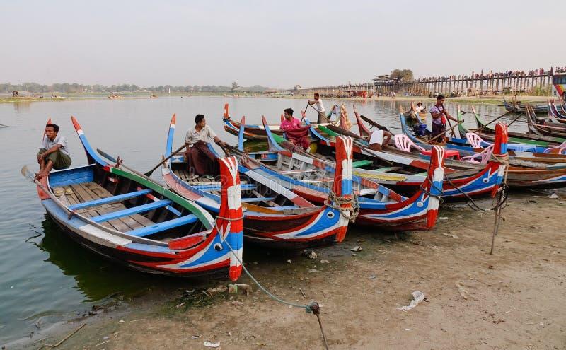 Βάρκες στη λίμνη Amarapura στη γέφυρα Ubein στοκ εικόνες με δικαίωμα ελεύθερης χρήσης