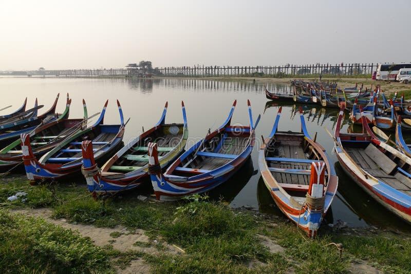 Βάρκες στη λίμνη Taungthaman, το Μιανμάρ στοκ φωτογραφίες