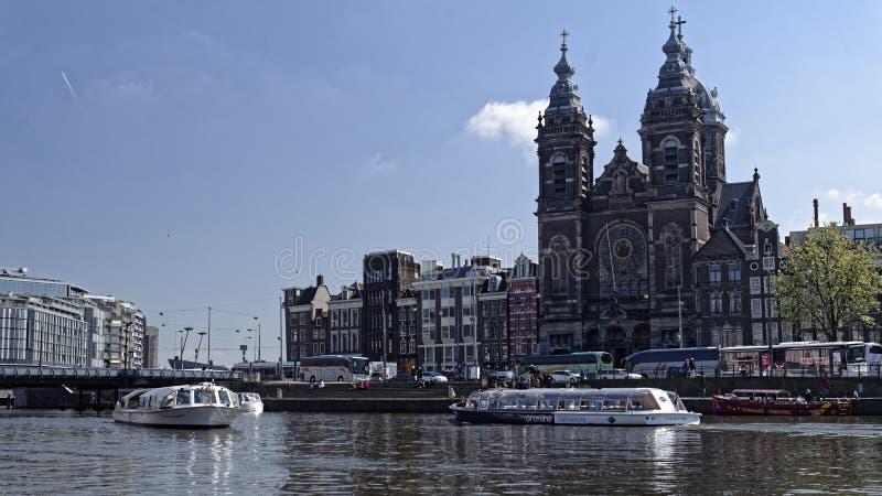 Βάρκες στο κανάλι στο Άμστερνταμ στοκ φωτογραφίες