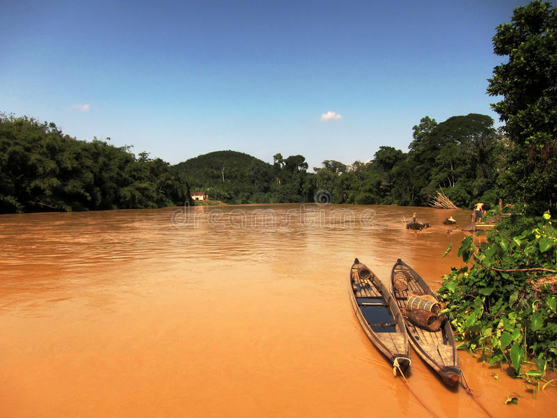 Βάρκες στο λασπώδη ποταμό στοκ εικόνα