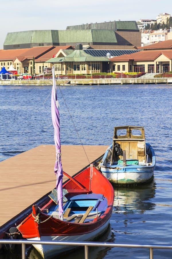 Βάρκες στο χρυσό κέρατο στην αποβάθρα στοκ φωτογραφία με δικαίωμα ελεύθερης χρήσης