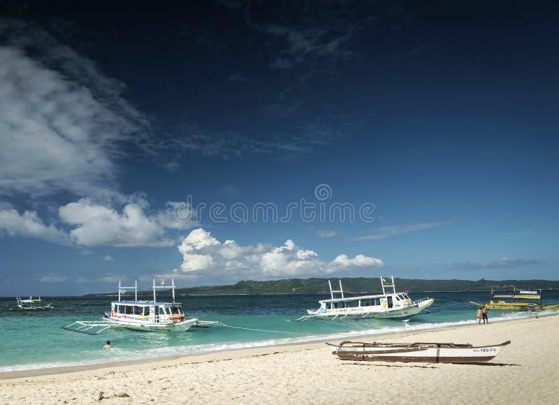Βάρκες τουριστών στην παραλία puka στο τροπικό boracay νησί philippin στοκ εικόνες