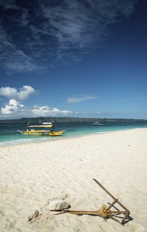 Βάρκες τουριστών στην παραλία puka στο τροπικό boracay νησί philippin στοκ εικόνα