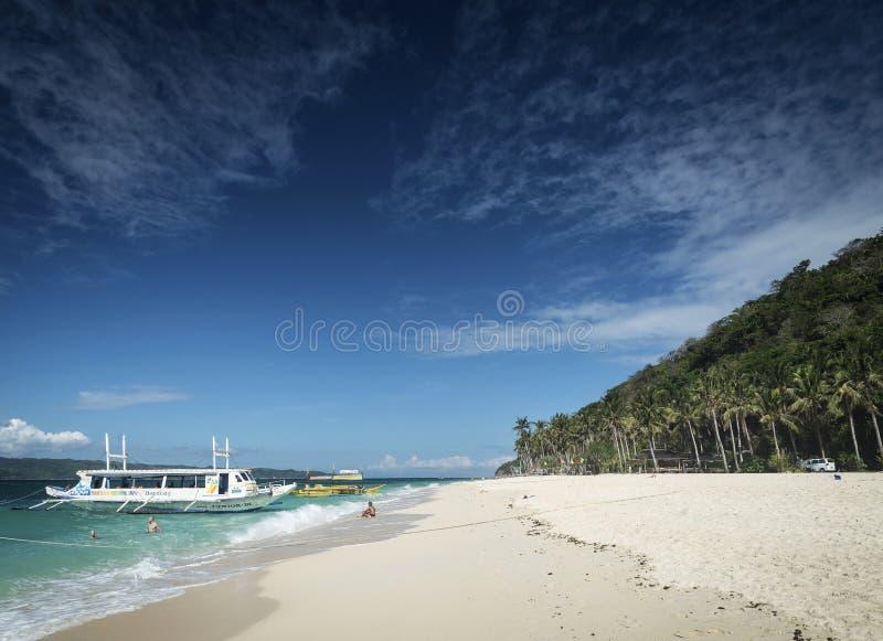 Βάρκες τουριστών στην παραλία puka στο τροπικό boracay νησί philippin στοκ εικόνες με δικαίωμα ελεύθερης χρήσης