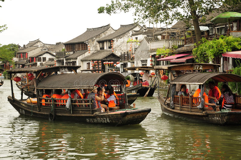 Βάρκες τουριστών στην πόλη Κίνα νερού Xitang στοκ φωτογραφία με δικαίωμα ελεύθερης χρήσης
