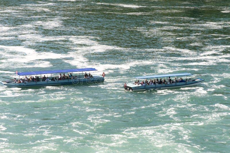 Βάρκες τουριστών στις πτώσεις του Ρήνου, Ελβετία στοκ εικόνες