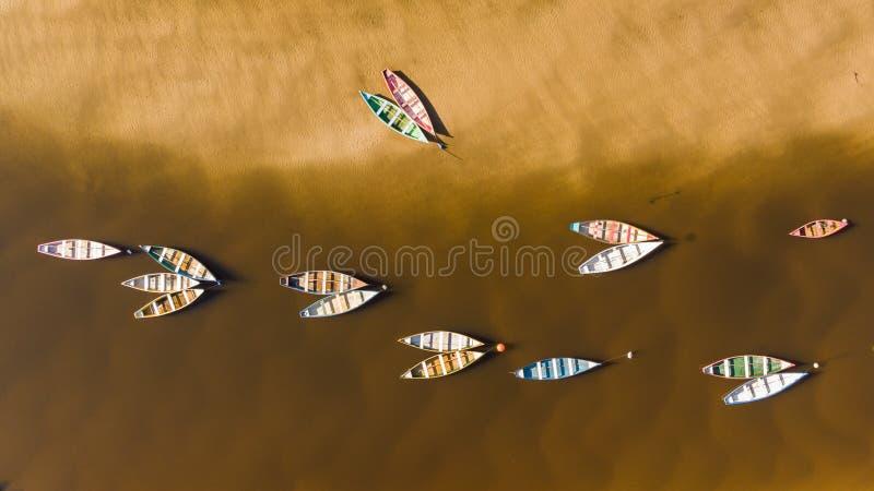 Βάρκες χρώματος σε έναν ποταμό από μια άποψη κηφήνων στοκ εικόνες