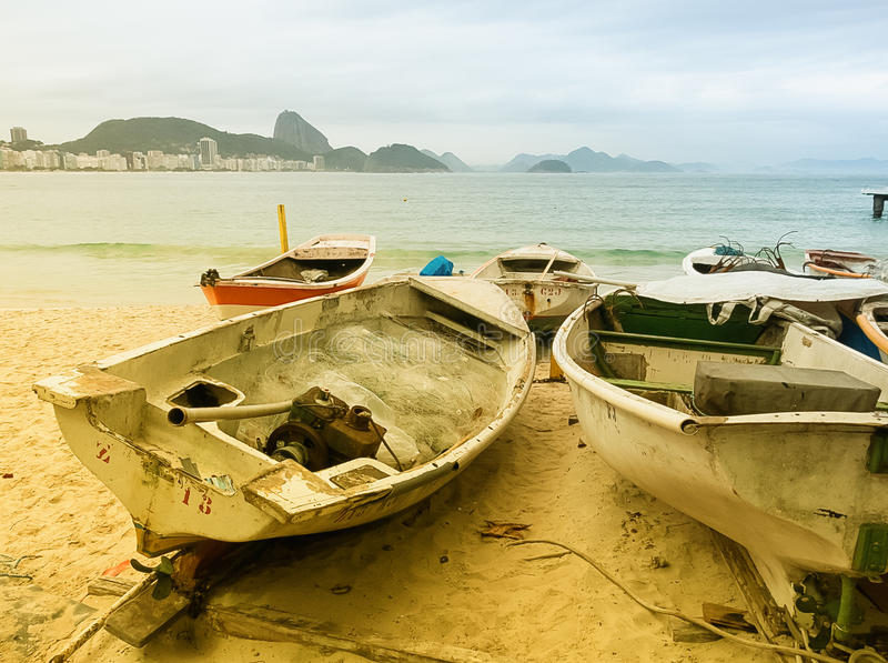 Βάρκες ψαριών στην παραλία Copacabana στοκ εικόνες