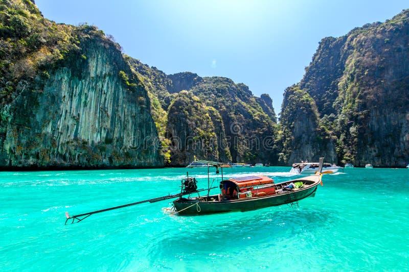 Βάρκες Longtail που επιπλέουν σε μια τυρκουάζ και σαφή θάλασσα Τροπική παραλία με την άσπρη άμμο, Phi Phi νησί, Ταϊλάνδη στοκ φωτογραφία