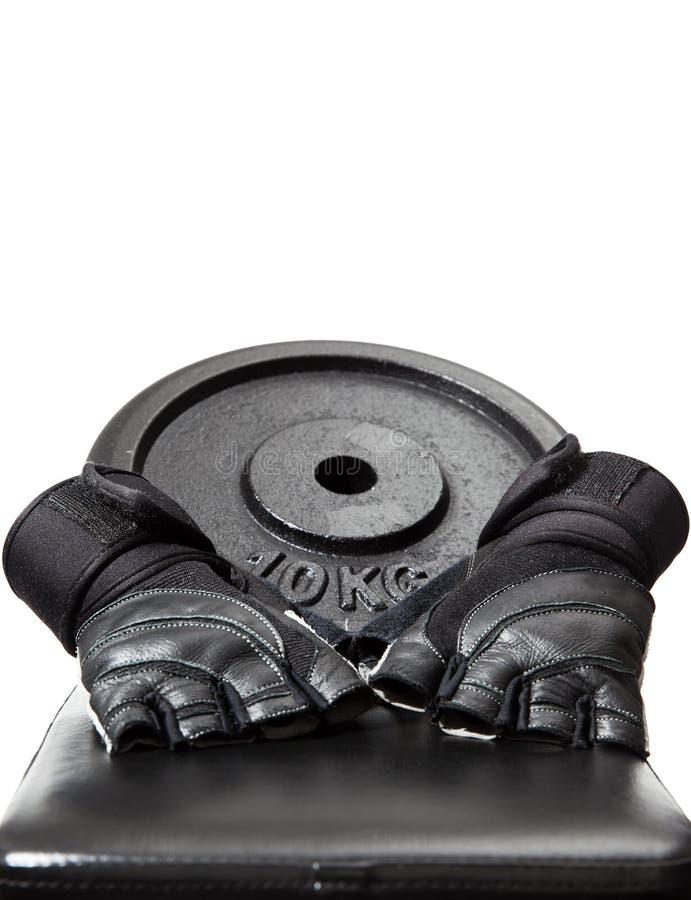 Βάρος και γάντια σε έναν πάγκο στοκ εικόνα με δικαίωμα ελεύθερης χρήσης