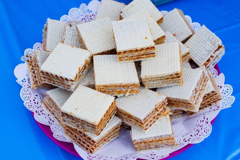 Βάφλες με το συμπυκνωμένο γάλα E Στιγμιαίο κέικ στοκ εικόνες