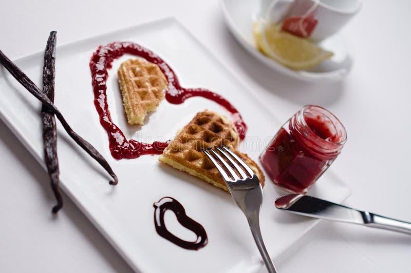 Βάφλα καρδιών, μαρμελάδα, σάλτσα σοκολάτας, ραβδιά βανίλιας, τετράγωνο στοκ φωτογραφίες με δικαίωμα ελεύθερης χρήσης