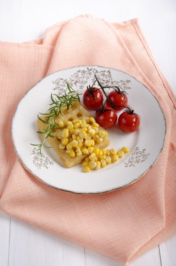 Βάφλα πατατών με το γλυκό καλαμπόκι στοκ εικόνες