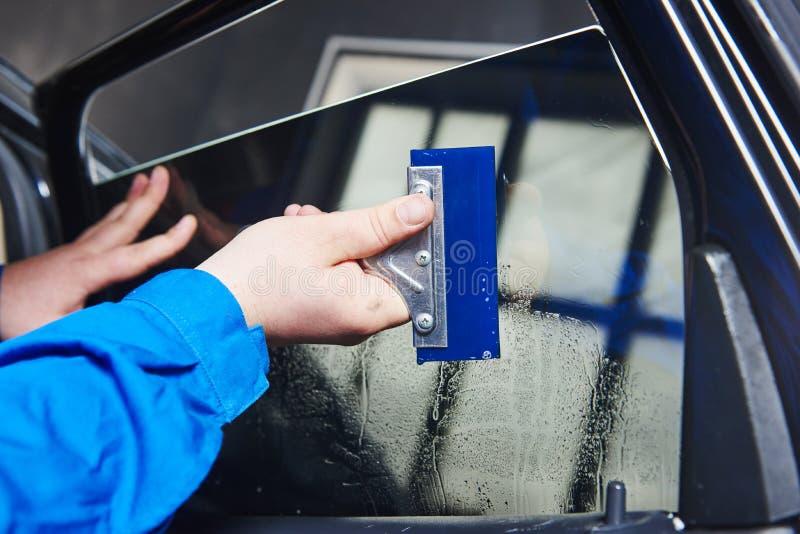 Βάψιμο αυτοκινήτων Αυτοκινητικός μηχανικός τεχνικός που εφαρμόζει το φύλλο αλουμινίου στοκ φωτογραφίες με δικαίωμα ελεύθερης χρήσης
