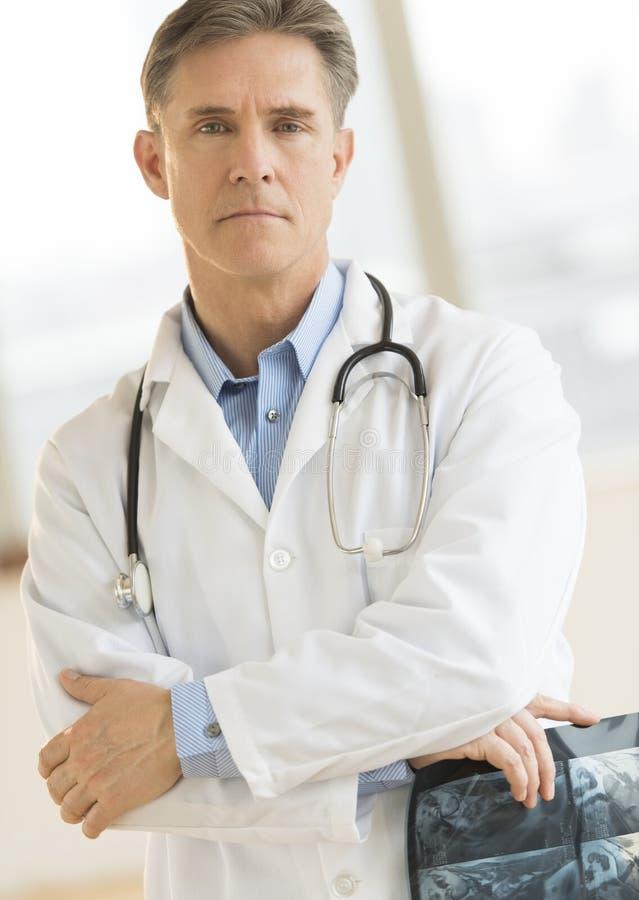 Βέβαια αρσενική ακτίνα X εκμετάλλευσης γιατρών στοκ εικόνες