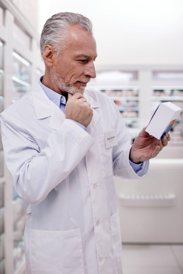 Βέβαια αρσενική οδηγία ανάγνωσης φαρμακοποιών στοκ φωτογραφία