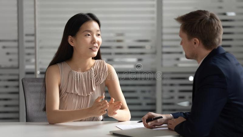 Βέβαια ασιατική υποψήφια συζήτηση διευθυντών στο συμβουλευτικό πελάτη εργοδοτών ωρ. στοκ εικόνες