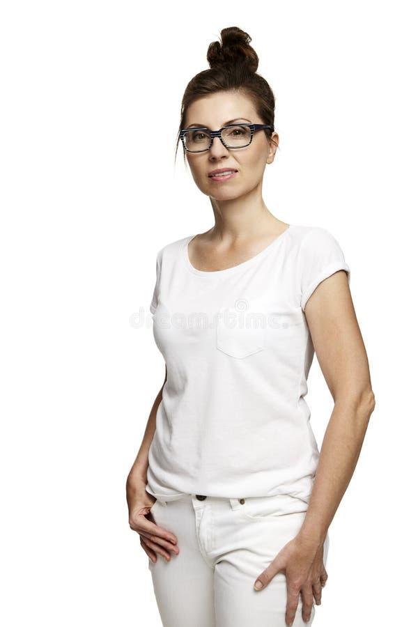 Βέβαια γυναίκα στην άσπρη μπλούζα στοκ εικόνα με δικαίωμα ελεύθερης χρήσης