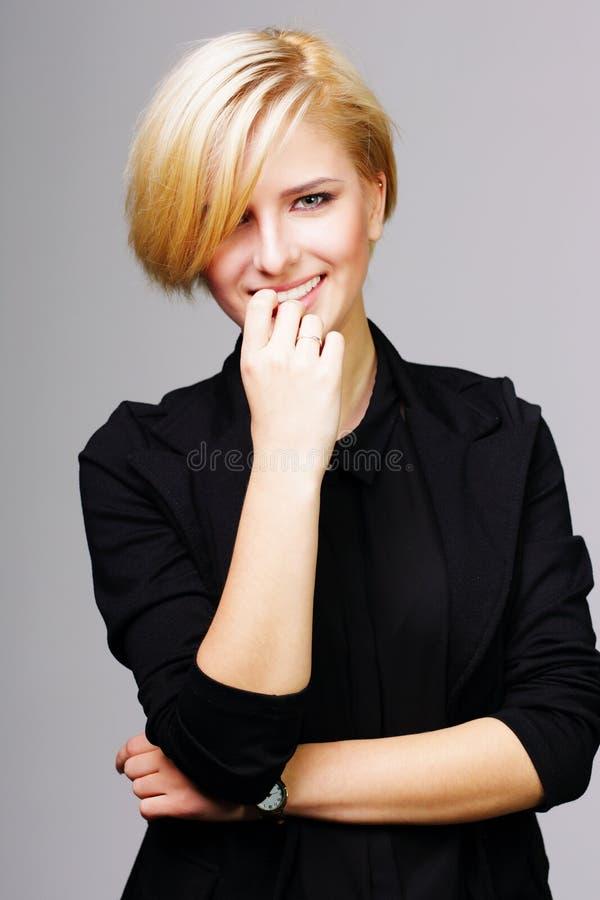 Βέβαια ευτυχής νέα γυναίκα στοκ εικόνες